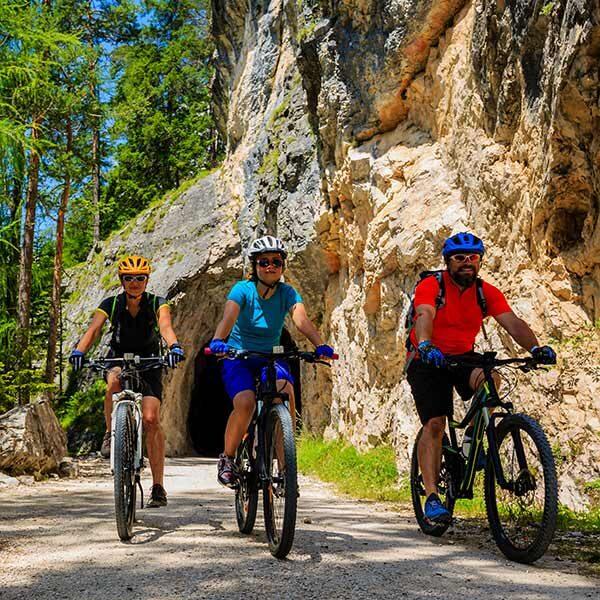 In montain bike lunga la ciclabile delle Dolomiti